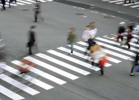 перекресток со светофором и знаком уступи дорогу